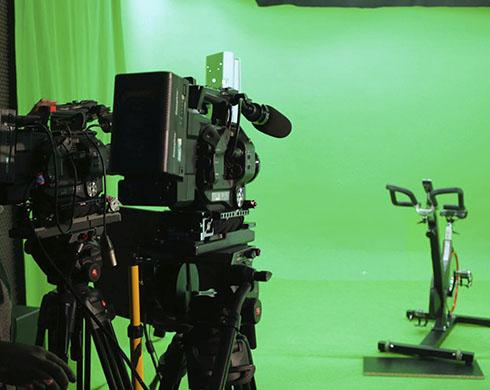 grabación en plató croma con cámara de video profesional para clases de spinning